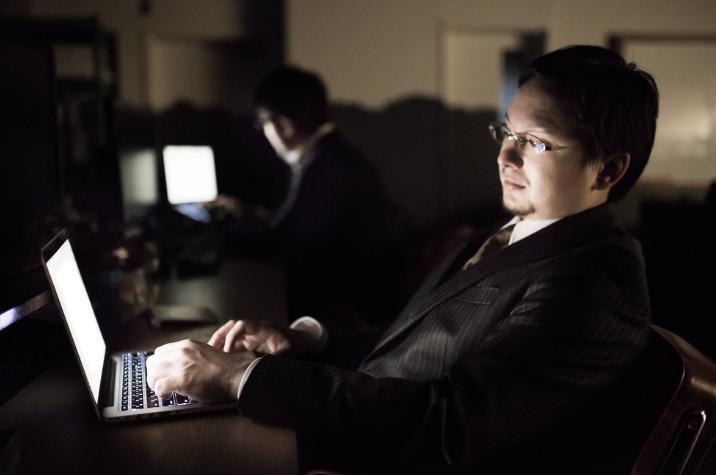 パソコンを見て疲れる男性